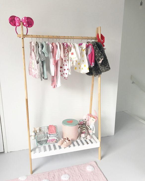 babykamer kledingrek